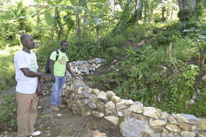 Un  paysan (premier plan) et Obenson Jean, de Crose, devant un mur de rétention,  construit à Michineau avec le financement d'AVSF (1).jpg