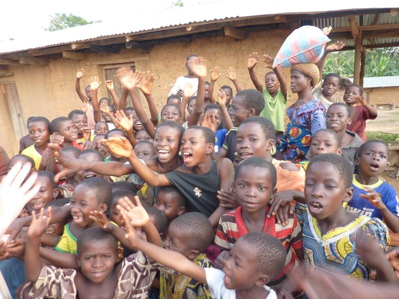 accueilpar les enfants_ visite fondation AJF projet CACAO TOGO.JPG