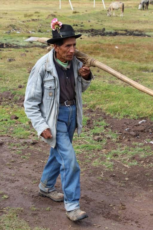 Don Emilio productor AGROPIA al encuento con visitantes (Copier).JPG