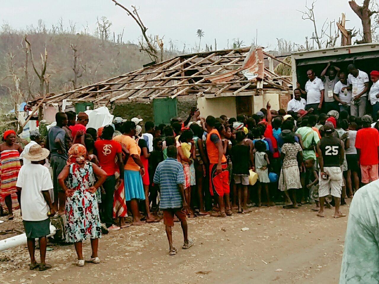 Distribution non organisee a Marfranc, Grande Anse.jpg